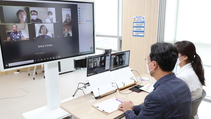 채현일 영등포구청장, '치매극복의 날' 기념 기억키움센터 프로그램 참관