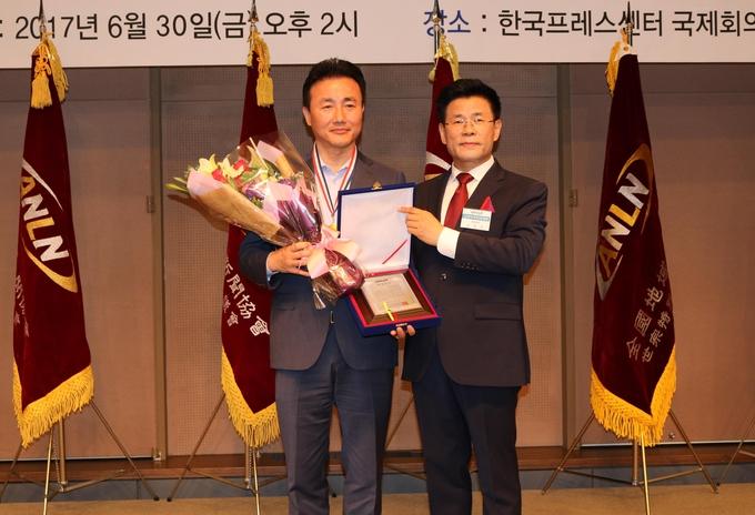 원희룡 특별자치도지사를 대신 참석한 전성태 행정부지사(왼쪽),  김용숙 중앙회장 회장(오른쪽)