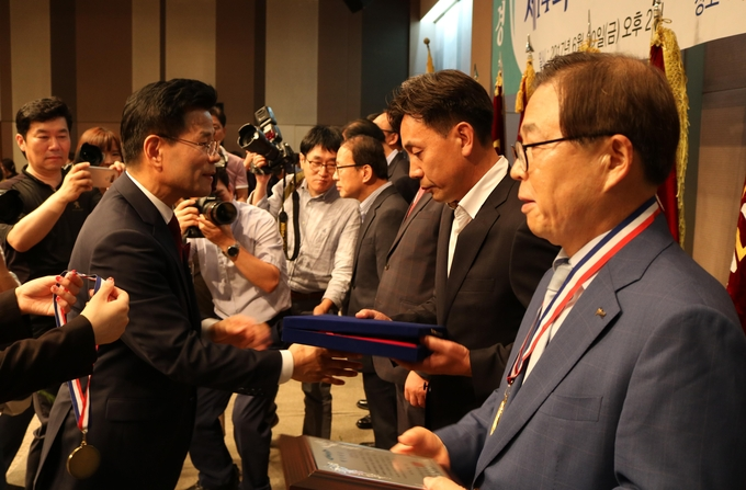 김용숙 중앙회장이 기초단체장들에게 행정대상을 수여하고 있다.